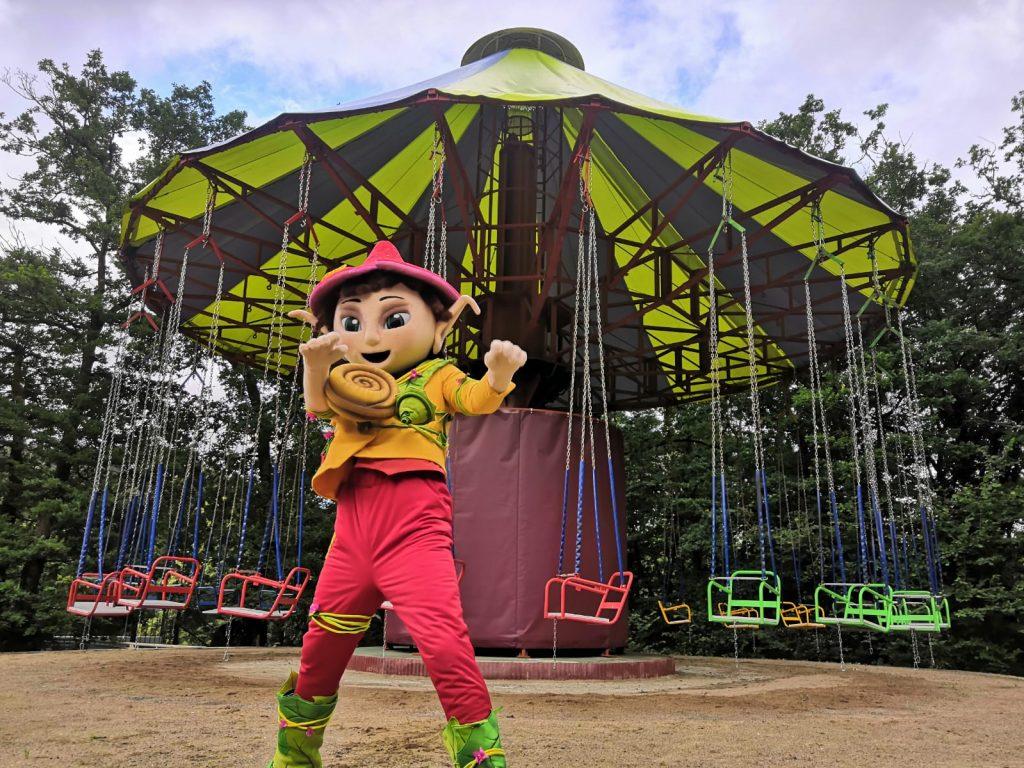 Le voltigeur et la mascotte du parc de Pierre Brune à Mervent