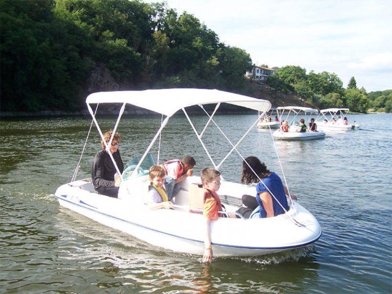 Faire du bateau en famille à la base de loisirs de Mervent