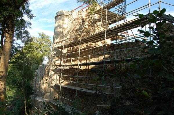 Mur du vieux château de Mervent en rénovation en 2012