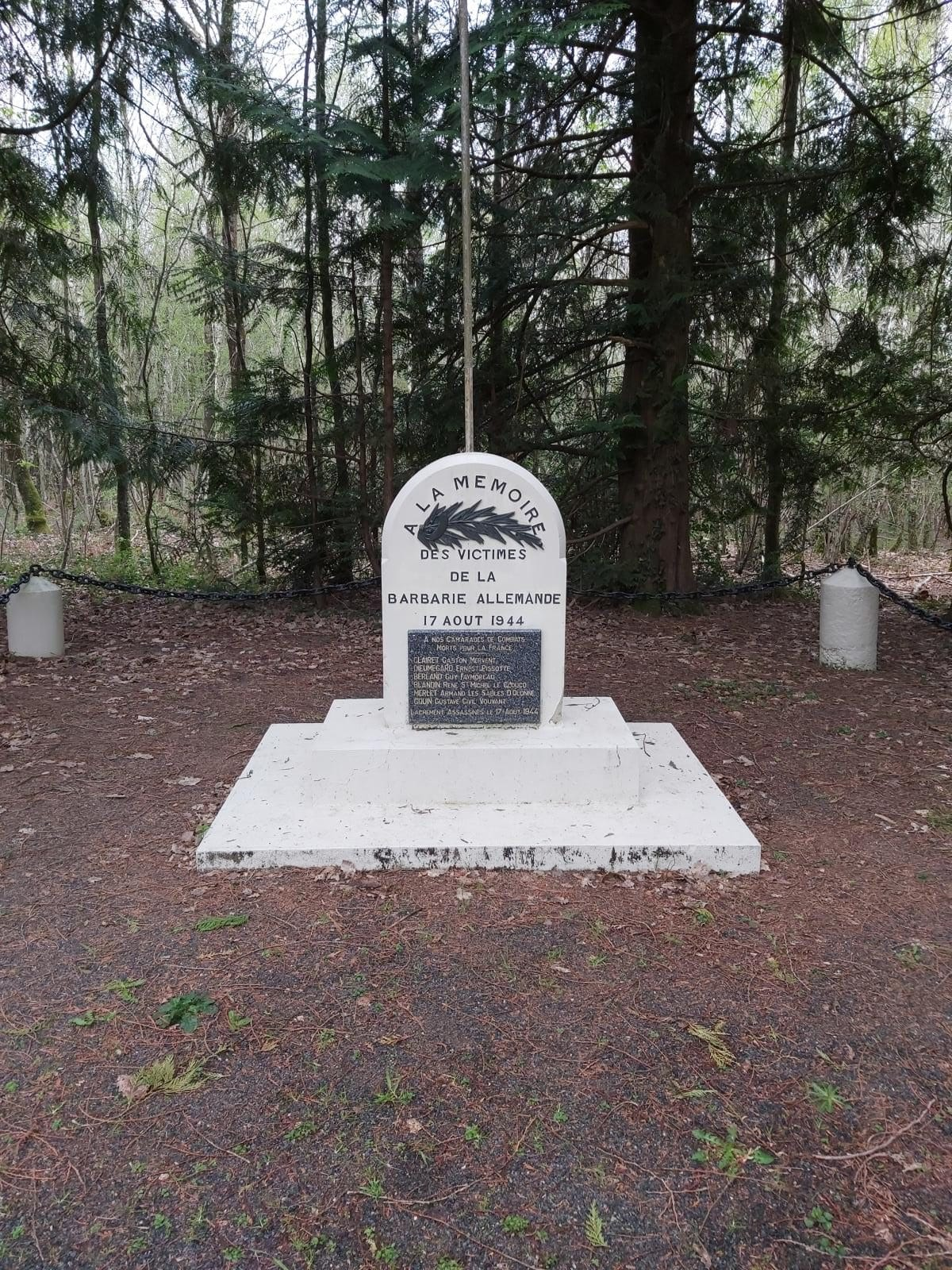Stèle des martyrs en forêt de Mervent