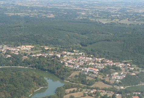 Vue aérienne du bourg de Mervent